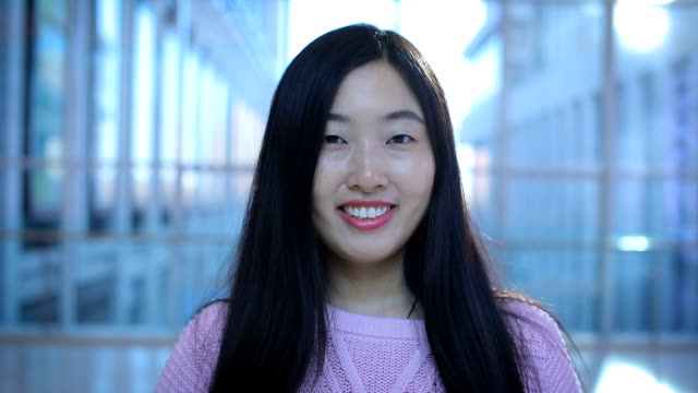 vídeos de stock, filmes e b-roll de portrait of smiling woman looking at camera - batom rosa