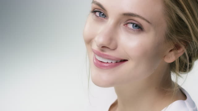 porträt der lächelnde frau mit hand am kinn - kosmetik stock-videos und b-roll-filmmaterial