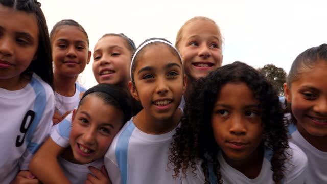cu portrait of smiling young female soccer players - preadolescente video stock e b–roll