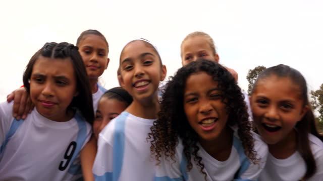 vídeos de stock e filmes b-roll de ms portrait of smiling young female soccer team and coach - treinador desportivo