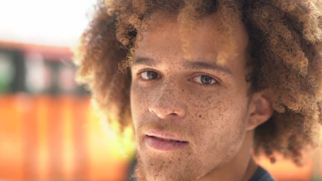 vídeos y material grabado en eventos de stock de retrato de joven sonriente en la calle - tipos de piel