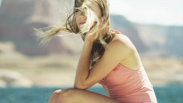 vídeos de stock, filmes e b-roll de ms tu portrait of smiling young woman near lake powell / utah, usa - lake powell