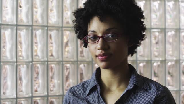 vídeos y material grabado en eventos de stock de cu zi portrait of smiling young woman / orem, utah, usa - orem