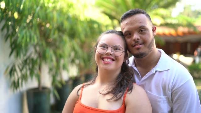 vídeos de stock, filmes e b-roll de retrato de pares especiais das necessidades em casa - disability