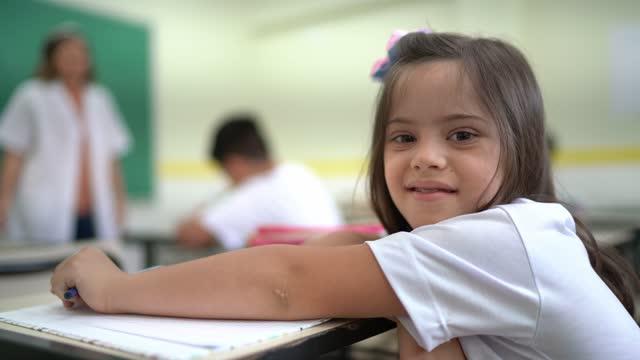 vídeos de stock, filmes e b-roll de retrato de aluno do ensino fundamental com necessidades especiais na sala de aula da escola - social issues