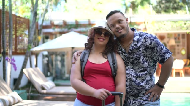 vídeos y material grabado en eventos de stock de retrato de pareja de viajeros con necesidades especiales - alojamiento y desayuno