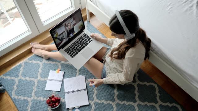 stockvideo's en b-roll-footage met portret van student voor laptop tijdens e-learning sessie - universitair docent
