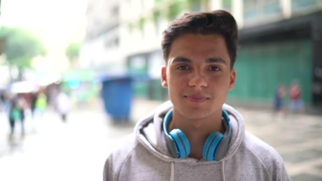 vidéos et rushes de verticale de l'homme d'étudiant sur la rue - d'ascendance européenne