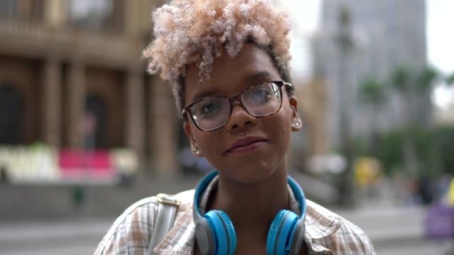 vídeos de stock, filmes e b-roll de retrato de jovem estudante na rua da cidade - cultura jovem