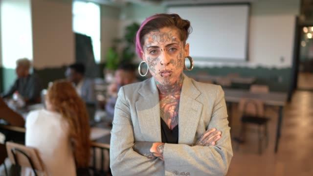 porträt einer tätowierten geschäftsfrau im modernen büro - frauenrechte stock-videos und b-roll-filmmaterial