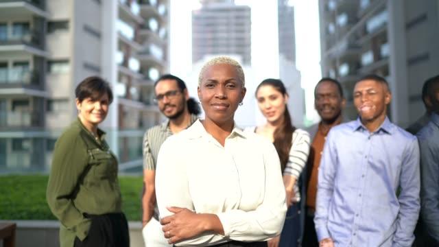 vídeos de stock, filmes e b-roll de retrato da equipe no trabalho - liderança