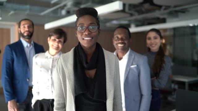 vídeos y material grabado en eventos de stock de retrato del equipo en el trabajo - negocios finanzas e industria