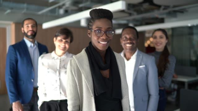 vídeos de stock e filmes b-roll de portrait of team at work - competência