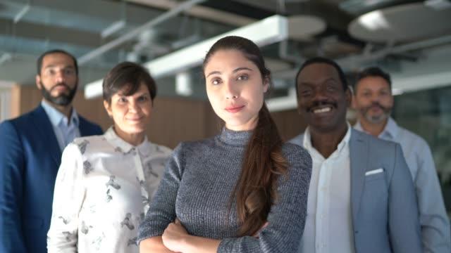 職場のチームの肖像 - 創始者点の映像素材/bロール