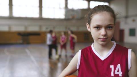 vídeos y material grabado en eventos de stock de retrato del jugador de baloncesto adolescente - chica adolescente