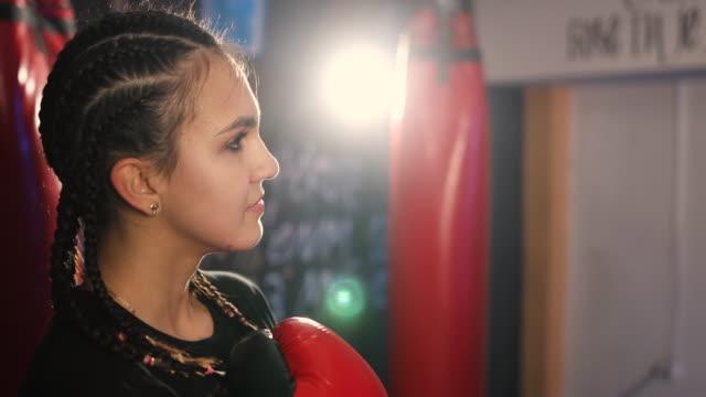 porträt der teenager-boxerin im fitnessstudio - 16 17 jahre stock-videos und b-roll-filmmaterial
