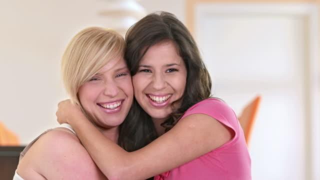 vídeos de stock, filmes e b-roll de dolly hd: retrato de adolescente meninas abraçando uns aos outros - adolescentes meninas