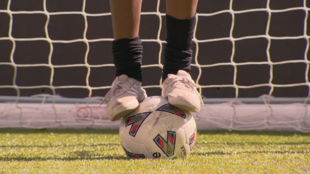 cu tu portrait of teenage (16-17) soccer player balancing on ball, london, uk - endast en tonårspojke bildbanksvideor och videomaterial från bakom kulisserna