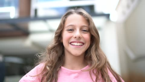 porträtt av tonåring flicka - le bildbanksvideor och videomaterial från bakom kulisserna