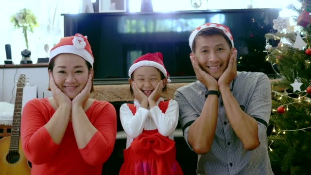 porträt von thai-familie mit weihnachtsthema zu hause - beide elternteile stock-videos und b-roll-filmmaterial