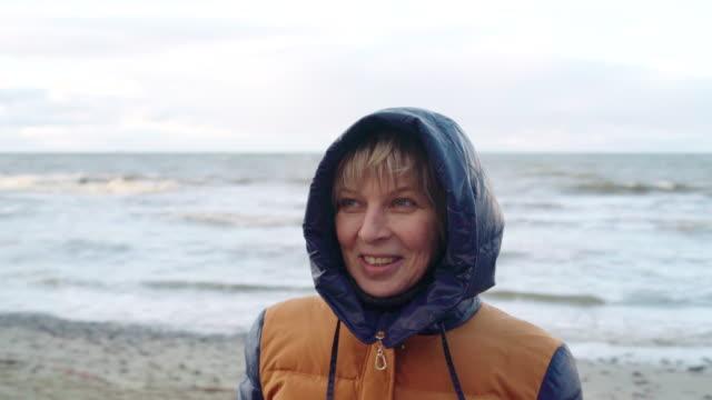 vídeos y material grabado en eventos de stock de retrato de la mujer madura de 50 años atractivo - 50 54 years