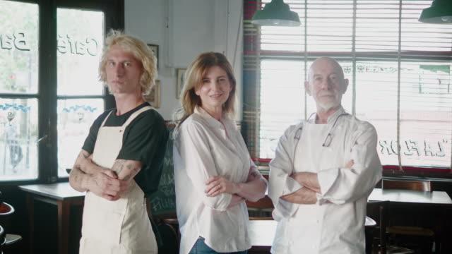 porträt der restaurantangestellten - manager, koch und kellner - geschäftsinhaber stock-videos und b-roll-filmmaterial