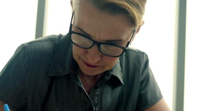 vidéos et rushes de portrait du sérieux travail senior - partie d'une série