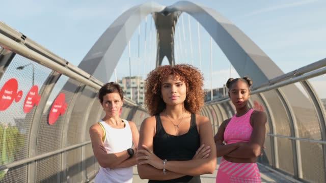 porträt von drei sportlerinnen. - three people stock-videos und b-roll-filmmaterial