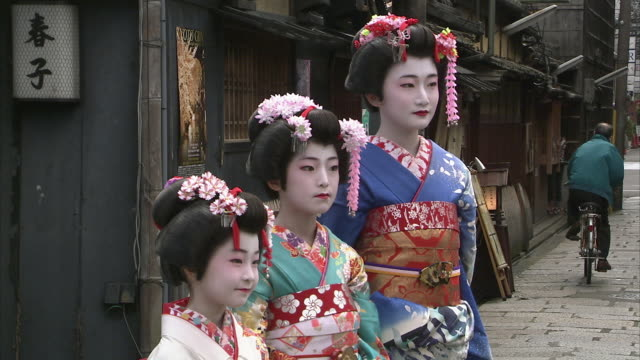 vidéos et rushes de cu tu portrait of three girls dressed as geisha on street, kyoto, japan - motif floral