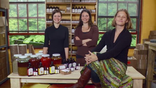 ms portrait of three women in their shop / burlington, vermont, usa - tischflächen aufnahme stock-videos und b-roll-filmmaterial