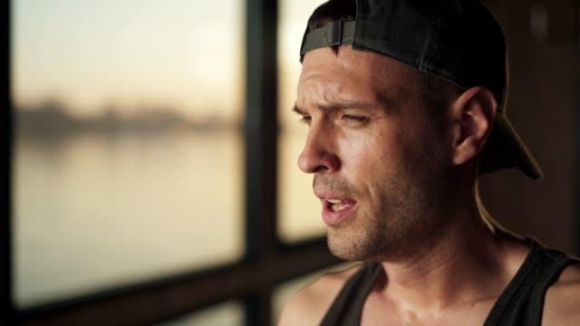 vídeos y material grabado en eventos de stock de retrato del hombre cansado en el gimnasio - autodisciplina