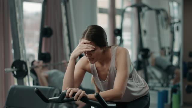 ジムで疲れた女性の肖像画 - ほっそりした点の映像素材/bロール