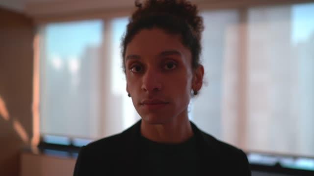 vidéos et rushes de verticale de l'homme transgenre - fierté