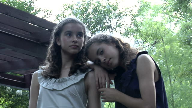 stockvideo's en b-roll-footage met cu portrait of twin sisters (12-13) in garden, chapel hill, north carolina, usa - 12 13 jaar