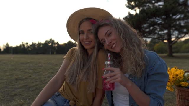 stockvideo's en b-roll-footage met portret van twee mooie meiden - 20 24 years
