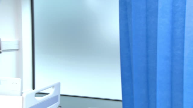 vídeos de stock e filmes b-roll de portrait of two female doctors - bata cirúrgica