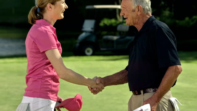 vídeos y material grabado en eventos de stock de ms tu ds retrato de dos jugadores de golf - golf cart