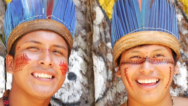 stockvideo's en b-roll-footage met portret van twee gelukkige inheemse mensen - hoofddeksel