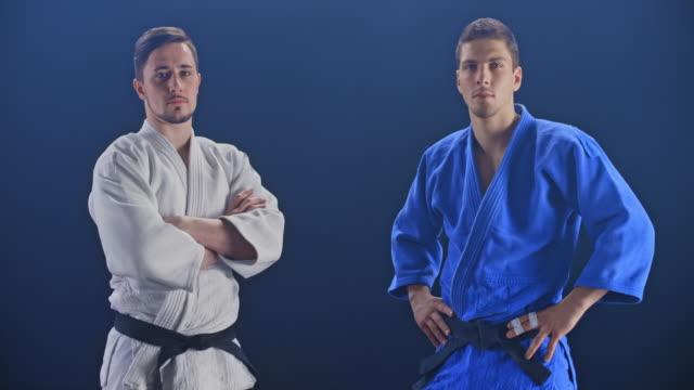 黒の背景に2人のオス judoists のスローモーション ds ポートレート - 柔道点の映像素材/bロール
