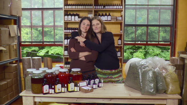 ms portrait of two women standing in shop / burlington, vermont, usa - tischflächen aufnahme stock-videos und b-roll-filmmaterial