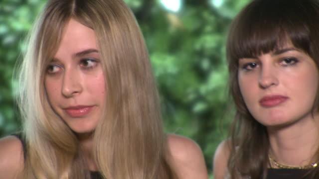 vídeos de stock, filmes e b-roll de cu portrait of two young women outdoors, new york city, new york, usa - de braços dados