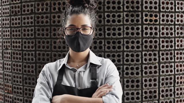 vídeos y material grabado en eventos de stock de retrato de camarera poniéndose y ajustando su máscara protectora de la cara - brazos cruzados