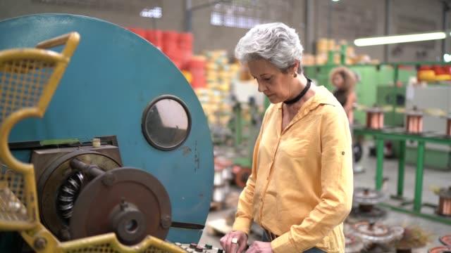 frauenporträt in der industrie - qualitätsprüfer stock-videos und b-roll-filmmaterial