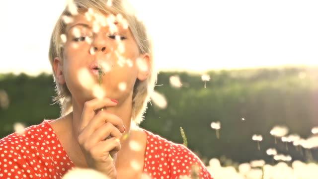 vídeos de stock, filmes e b-roll de hd super câmera missouri: retrato de mulher voando de dente de leão - soprando