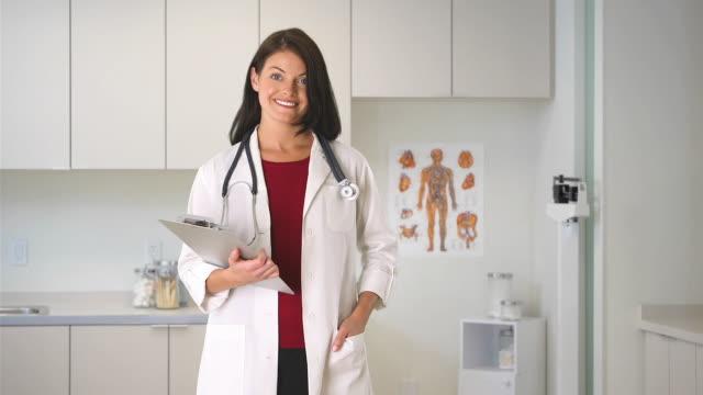vídeos y material grabado en eventos de stock de portrait of woman doctor - confianza