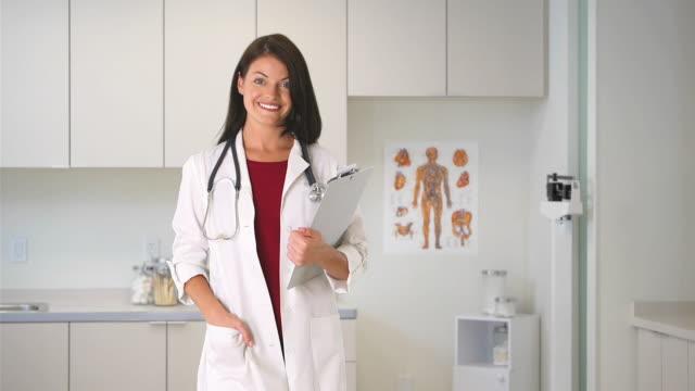 stockvideo's en b-roll-footage met portrait of woman doctor - betrouwbaar