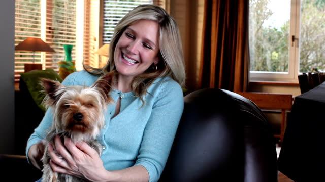 stockvideo's en b-roll-footage met ms portrait of woman holding dog / brussels, brabant, belgium - alleen één mid volwassen vrouw