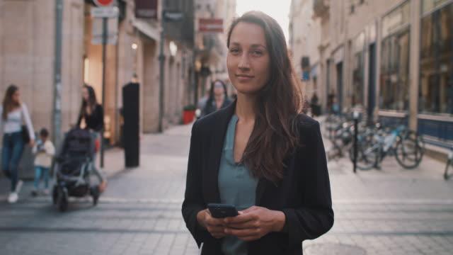 vídeos y material grabado en eventos de stock de portrait of woman in european city on summer evening - vestimenta de negocios