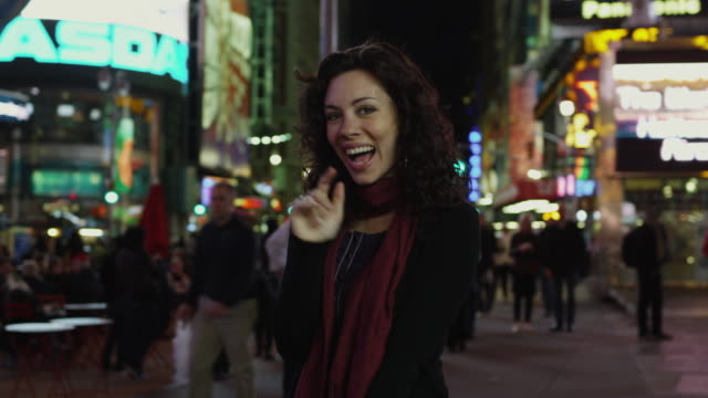 slo mo ms ds portrait of woman in times square at night / new york city, new york state, usa - manhattan点の映像素材/bロール