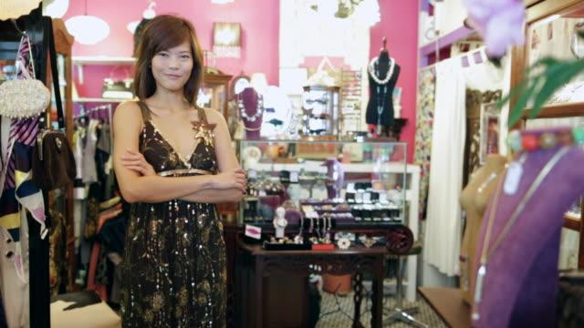 vídeos de stock, filmes e b-roll de ws portrait of woman in vintage clothes shop - antiquário loja
